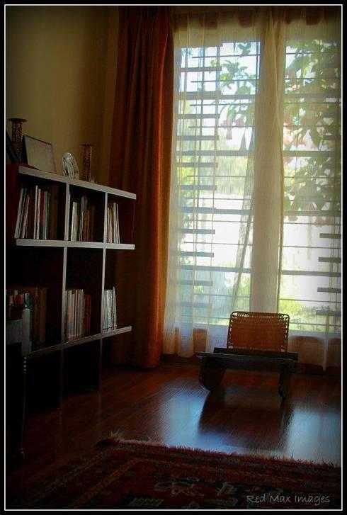 Temple Bells - Arati and Sundaresh's Residence:  Study/office by Sandarbh Design Studio