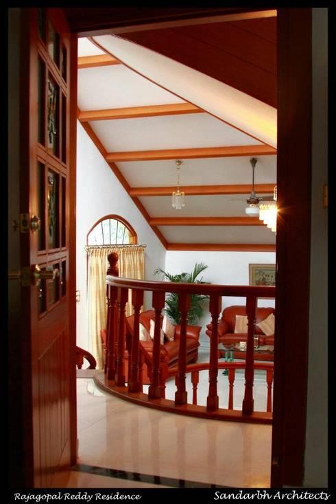Reddy's residence:  Corridor & hallway by Sandarbh Design Studio