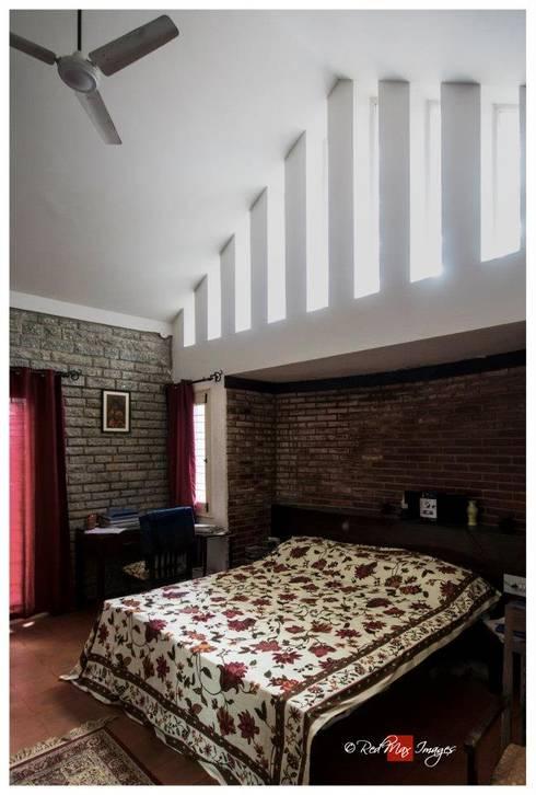 Kaivalya - Bhaskar's residence:  Bedroom by Sandarbh Design Studio