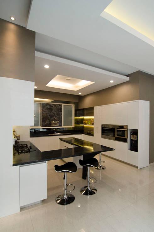 Floating Kitchen: modern Kitchen by KOMA living interior design