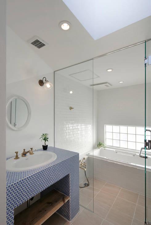 lani ebisu バスルーム: 腰越耕太建築設計事務所が手掛けた浴室です。