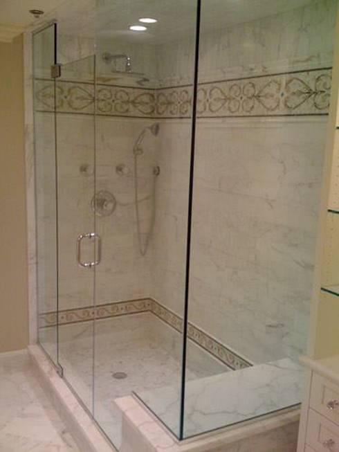 shower door: Baños de estilo clásico por telviche