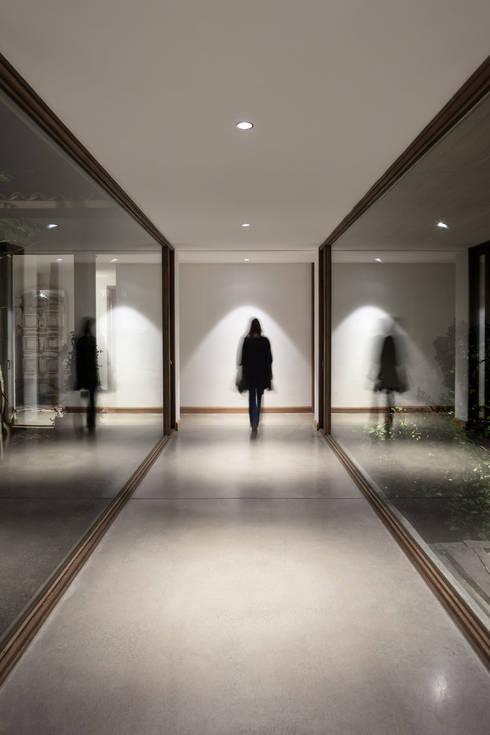 Casa Cuatro Aguas : Pasillos y hall de entrada de estilo  por Dx Arquitectos