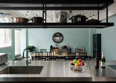 透視餐桌的一角:  餐廳 by 一水一木設計工作室