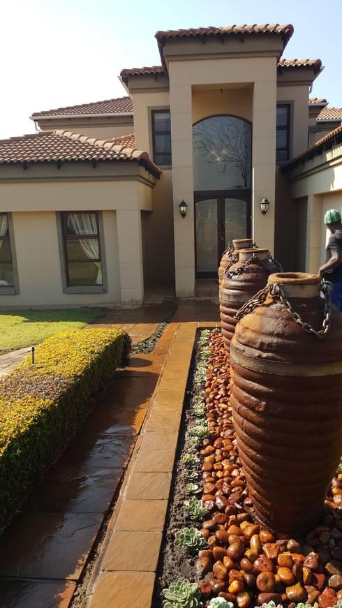 Garden fountain pots:   by SOJE Interior, Design and Decor PTY (Ltd)