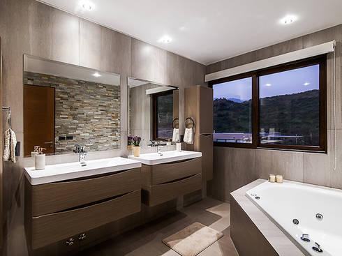 Casa Patio: Baños de estilo moderno por Bauer Arquitectos