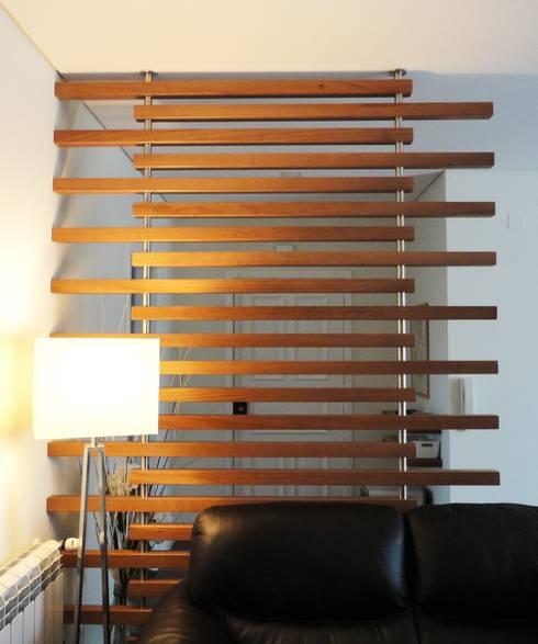 Divisória em ripado de madeira: Sala de estar  por GAAPE - ARQUITECTURA, PLANEAMENTO E ENGENHARIA, LDA