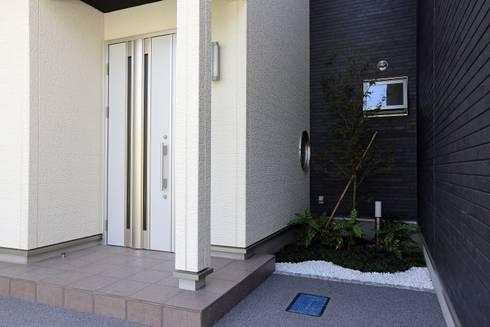 玄関横の坪庭: やまぐち建築設計室が手掛けた池です。