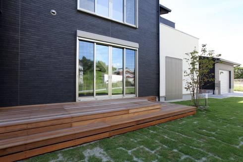 アウトドアデッキ: やまぐち建築設計室が手掛けた木造住宅です。
