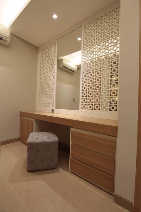 Dressing area:  Ruang Ganti by Kottagaris interior design consultant