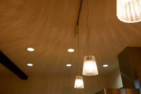 照明の効能: やまぐち建築設計室が手掛けたダイニングです。
