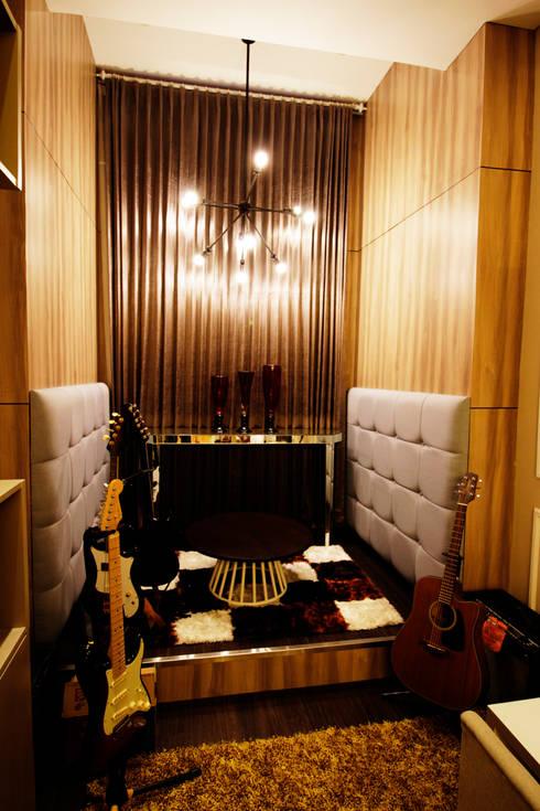 Sitting area :  Ruang Multimedia by Kottagaris interior design consultant