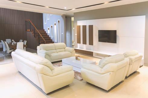 BN Elok I House:  Ruang Keluarga by INK DESIGN STUDIO