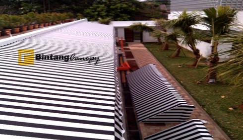 Desain Canopy Kain Teras Rumah:  Balconies, verandas & terraces  by bintang canopy