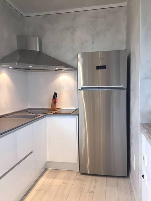 Piano cottura angolo con frigorifero a libera installazione: Casa in stile  di ARREDAMENTI VOLONGHI s.n.c.