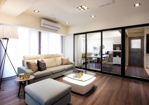 私宅/ Kaohsiung:  客廳 by 陳府設計 Chenfu Design