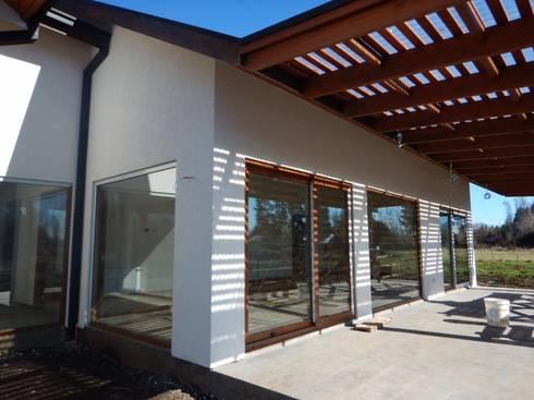 Casa El Huertón: Casas de estilo clásico por San Cristobal hnos constructora