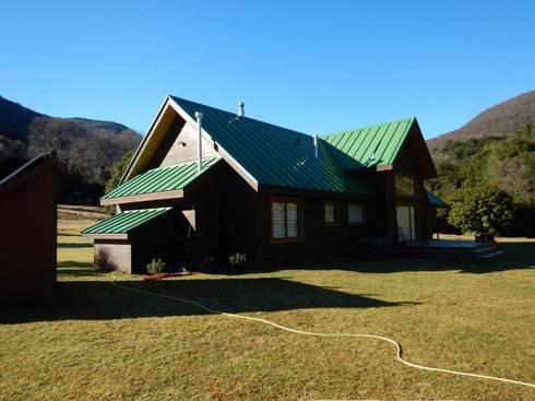 Refugio Rucue: Casas de estilo rural por San Cristobal hnos constructora
