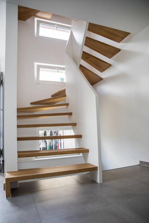 Halbgewendelte Treppen moderne 1 2 gewendelte treppe mit brüstungshohen wangen