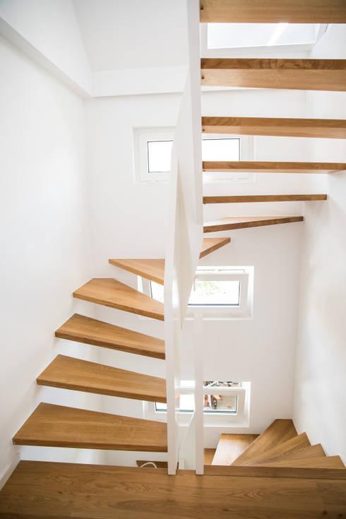 moderne 1 2 gewendelte treppe mit br stungshohen wangen von holzmanufaktur ballert e k homify. Black Bedroom Furniture Sets. Home Design Ideas