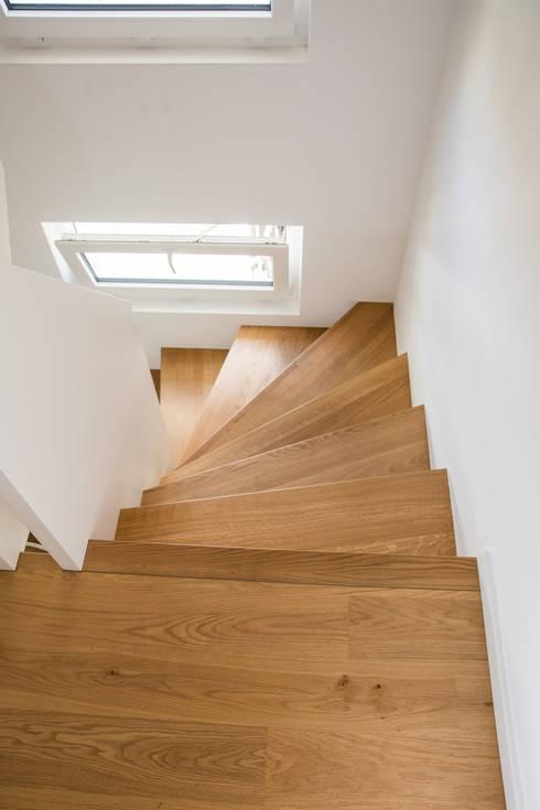 moderne 1 2 gewendelte treppe mit br stungshohen wangen. Black Bedroom Furniture Sets. Home Design Ideas