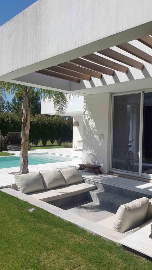 Casa Suriguez: Jardines de estilo  por Estudio Victoria Suriguez
