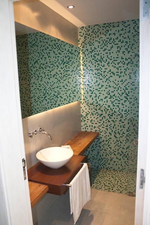 Casa Suriguez: Baños de estilo  por Estudio Victoria Suriguez