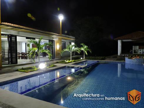 FACHADA PRINCIPAL: Terrazas de estilo  por DG ARQUITECTURA COLOMBIA