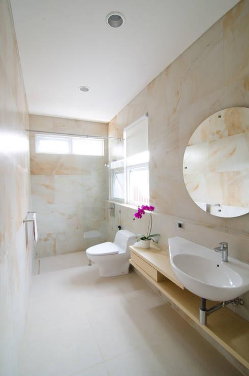 modern Bathroom by e.Re studio architects