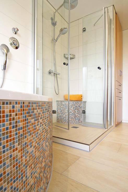 Mosaik An Wanne Und Dusche: Moderne Badezimmer Von HEIMWOHL GmbH