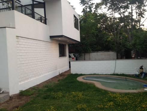 CASA BELLO HORIZONTE: Jardines de estilo minimalista por [ER+] Arquitectura y Construcción