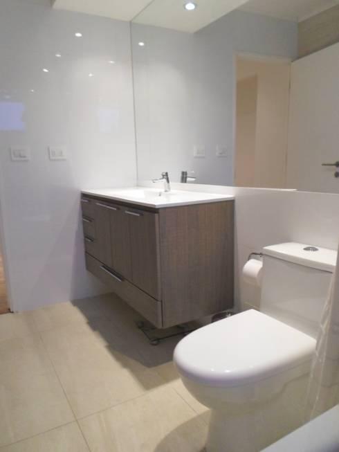 CASA BELLO HORIZONTE: Baños de estilo minimalista por [ER+] Arquitectura y Construcción