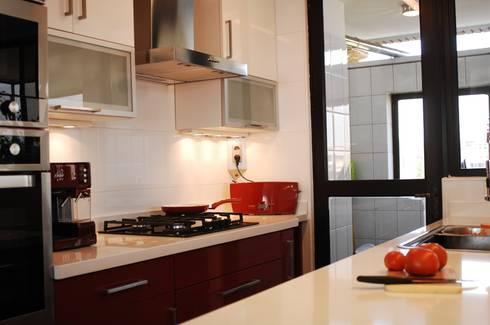 Muebles enchape laminado rojo y blanco. Cubierta Silestone blanco.: Cocina de estilo  por ABS Diseños & Muebles