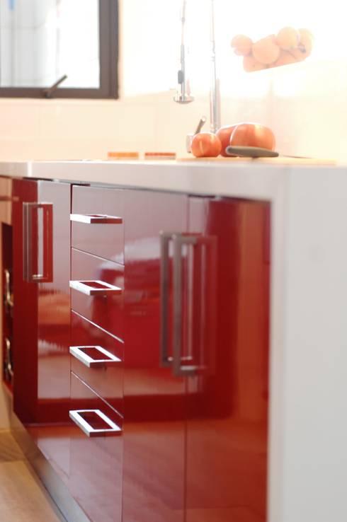 Muebles de cocina laminado rojo cubierta cuarzo Silestone blanco.: Cocina de estilo  por ABS Diseños & Muebles