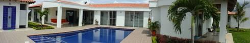 Proyectando hacia la piscina: Casas campestres de estilo  por ibercons Arquitectura+Diseño