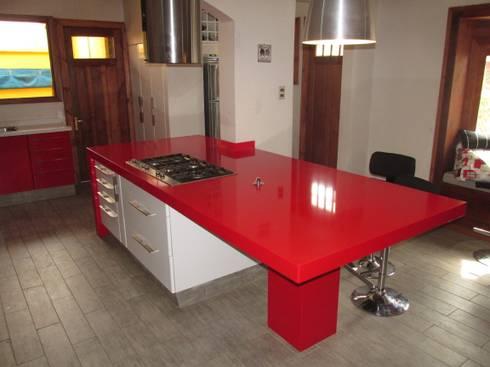 Isla de cocina cubierta Silestone rojo: Cocina de estilo  por ABS Diseños & Muebles