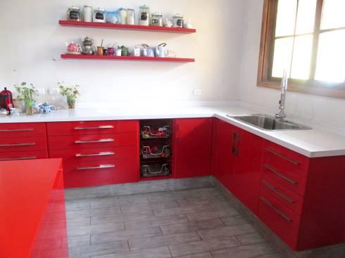 Muebles de cocina laminado rojo cubierta cuarzo Silestone blanco: Cocina de estilo  por ABS Diseños & Muebles