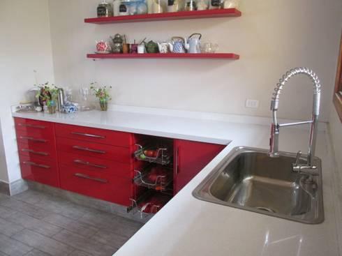 Muebles de cocina laminado rojo con cubierta cuarzo Silestone blanca: Cocina de estilo  por ABS Diseños & Muebles
