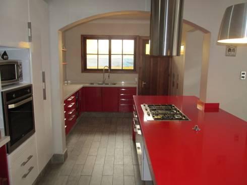 Muebles de cocina minimalista blanco y rojo: Cocina de estilo  por ABS Diseños & Muebles