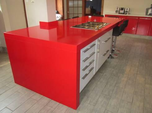 Mueble isla de cocina blanco con cubierta de cuarzo Silestone rojo: Cocina de estilo  por ABS Diseños & Muebles