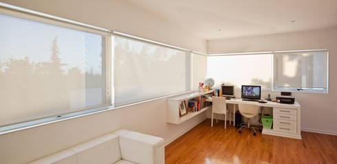 CASA CARREÑO: Estudios y biblioteca de estilo  por [ER+] Arquitectura y Construcción