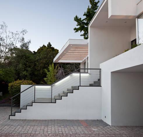 CASA CARREÑO: Pasillos y hall de entrada de estilo  por [ER+] Arquitectura y Construcción