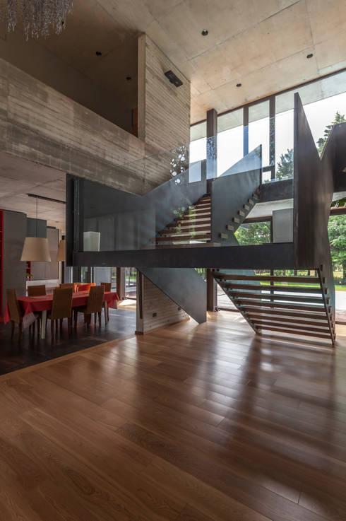Casa HK: Livings de estilo  por Ciudad y Arquitectura