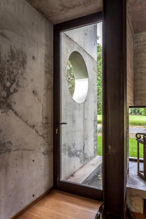 Casa HK: Puertas de estilo  por Ciudad y Arquitectura