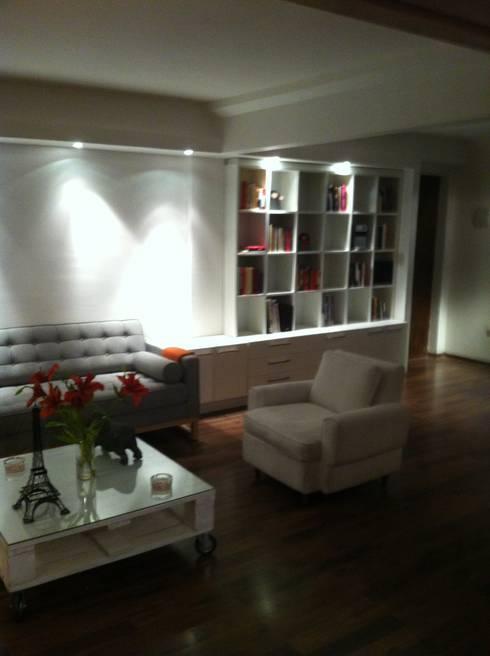 DEPTO LA REINA: Livings de estilo minimalista por [ER+] Arquitectura y Construcción