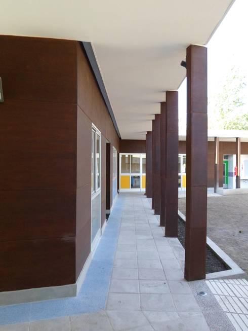 ESCUELA ESPECIAL INTEGRAL <q>ANGELITOS VERDES II</q>: Escuelas de estilo  por [ER+] Arquitectura y Construcción