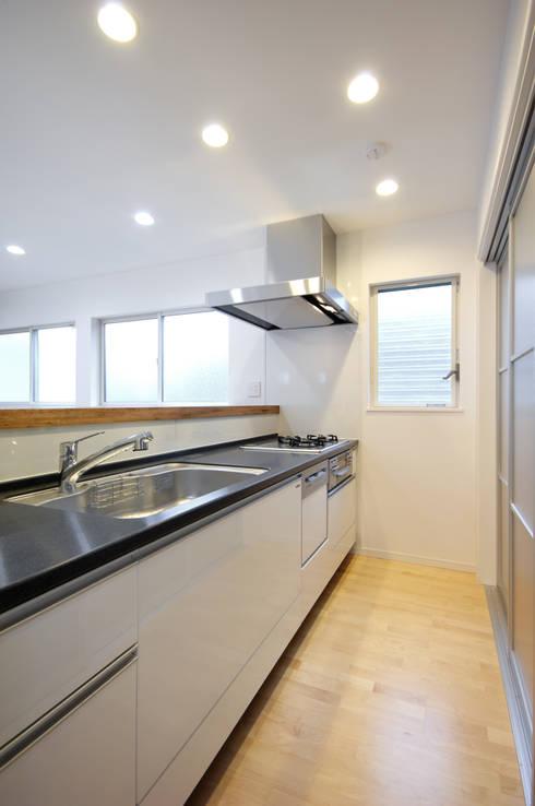 3つの天窓のある家: 前田敦計画工房が手掛けたキッチンです。