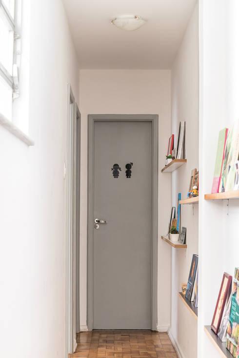 Pasillos y recibidores de estilo  por INTERIOR - DECORAÇÃO EMOCIONAL