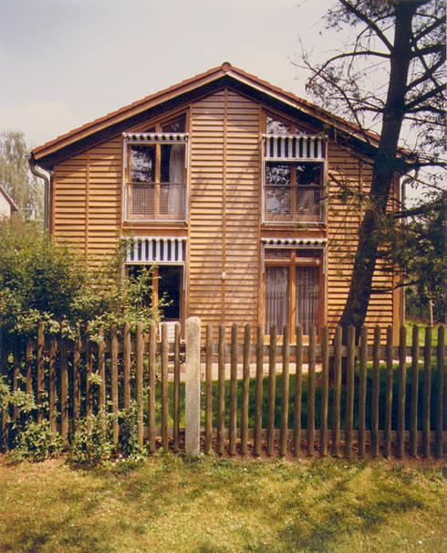 Casas de madeira  por Architekturbüro Michael Bidner