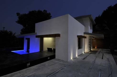 Dahanu Farmhouse: modern Houses by SM Studio